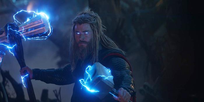 Thor in eindgevecht met Stormbreaker en Mjolnir