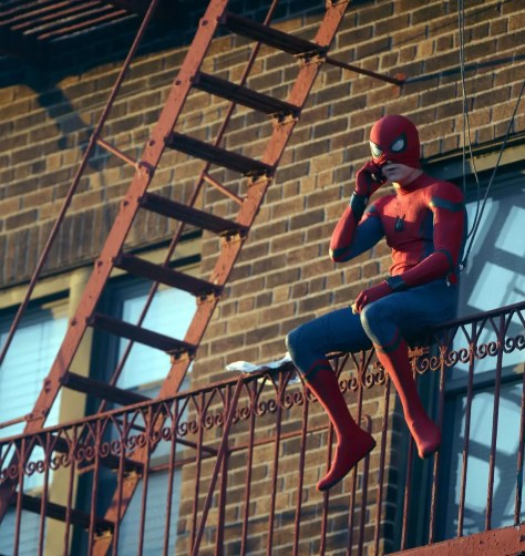 Spider-Man Homecoming - Tom Holland op balkon aan de telefoon als Spider-Man