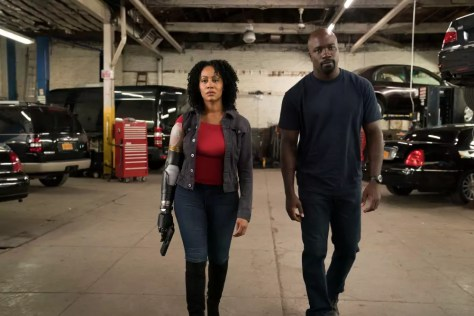 Mike Colter als Luke Cage en Simone Missick als Misty Knight in Luke Cage S2