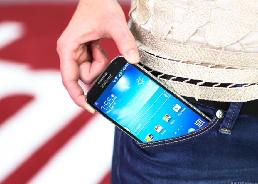 Resultado de imagen para sacar el celular del bolsillo