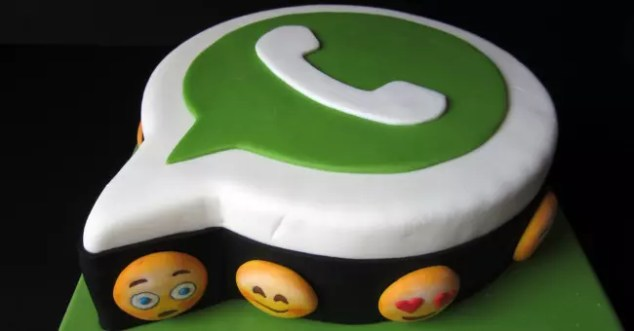 Tarta con forma del logo de WhatsApp
