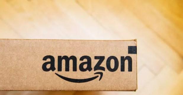 Logotipo de Amazon en una caja de embalaje