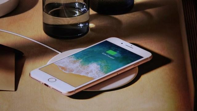 iPhone 8 cargándose mediante carga inalámbrica