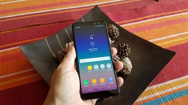 Samsung Galaxy℗ A8 agarrado en mano