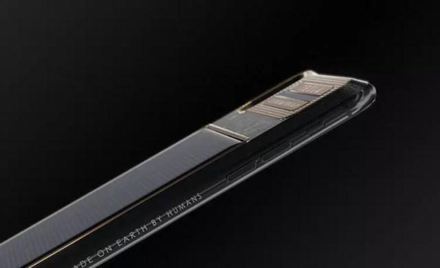 Grabado en el lateral de la carcasa del iPhone X Tesla