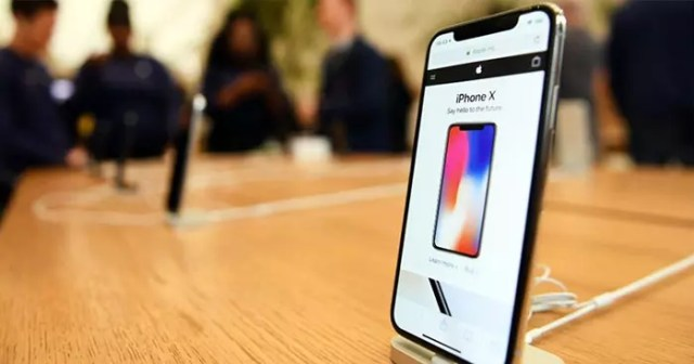 iphone x sobre una mesa