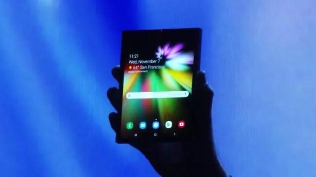 Smartphone Samsung℗ con pantalla plegable