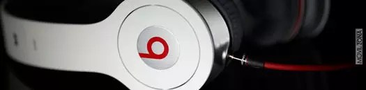 Auricular de Beats Audio de color blanco