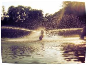 Scheermessen doen pijn, de rivier is erg nat, giffen branden en van pillen krijg je kramp, het pistool is onwettig, de strop bezwijkt, gas stinkt akelig - je kan net zo goed leven. Dorothy Parker