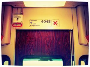 In de tweede klasse maakt de conducteur der Franse Spoorwegen je wakker. Ga daarom, zonder treinkaartje, altijd zitten slapen in een eersteklas-coupé. Van Kooten en De Bie