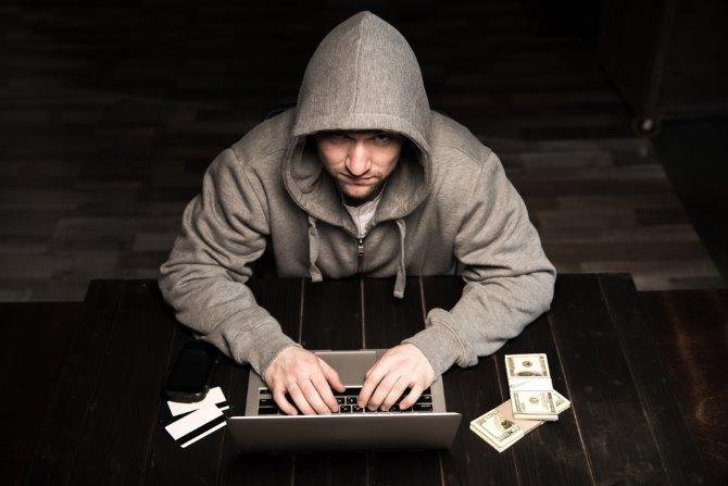 Ein Hacker mit einem Laptop