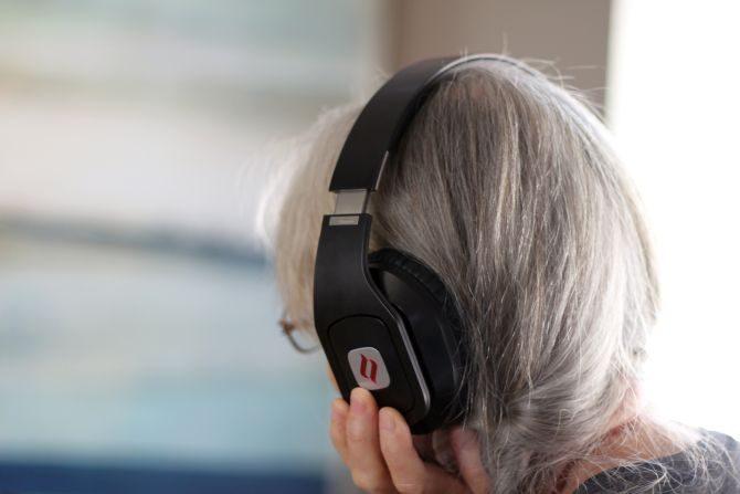 Noontec Hammo TV Wireless Headphones Review portant noontec hammo 670x447