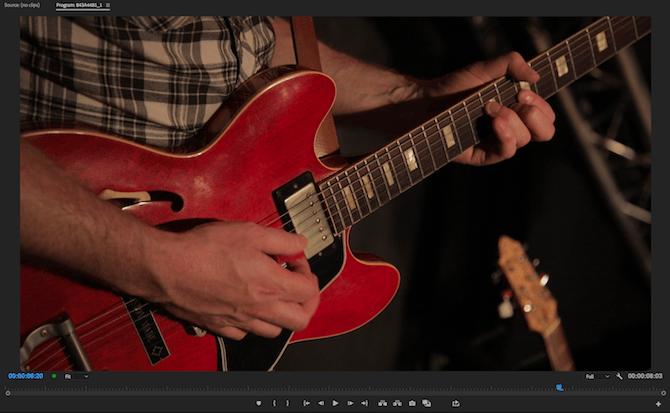 Personne jouant de la guitare, avant la correction des couleurs