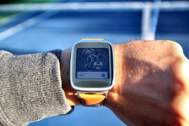 Zenwatch au poignet en bon état