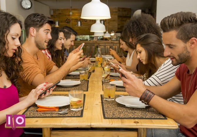 Groupe de personnes utilisant leur téléphone