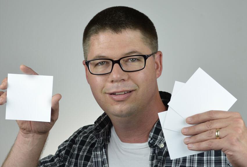 Prenez la pose de la couverture avec des morceaux de papier cartonné vierges