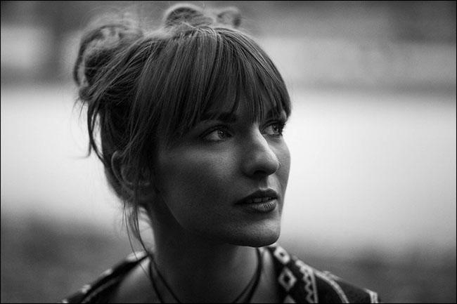 Un portrait d'une femme avec un arrière-plan flou.