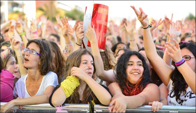 Fans bei einem Popfestival in Barcelona, Spanien.
