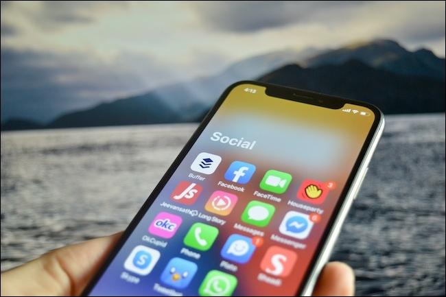Una carpeta de la biblioteca de aplicaciones abierta en iOS 14.