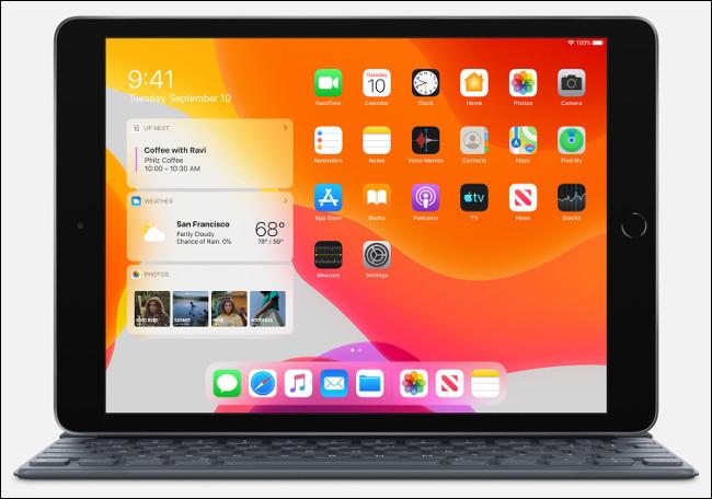 Un iPad 2020 (septième génération) avec un clavier intelligent.