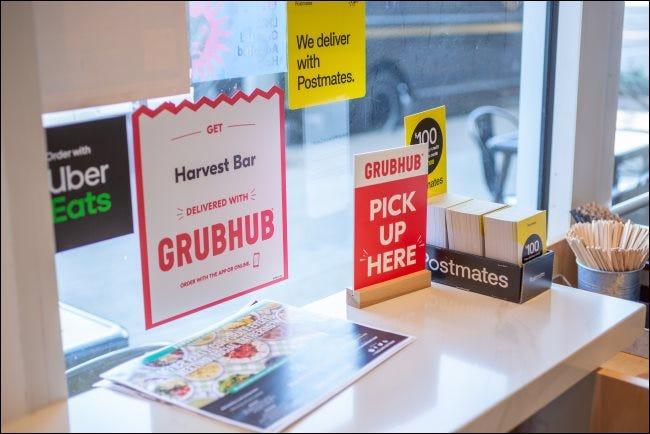 Indicazioni per GrubHub, Postmates e Uber Eats in un ristorante.