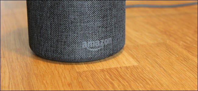 Un Amazon Echo sur une table.