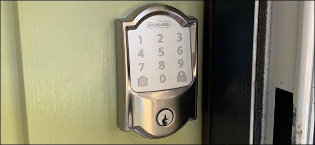 Un verrou Wi-Fi Schlage Encode sur une porte verte.