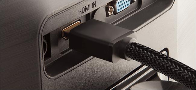 Câbles HDMI tressés branchés à l'arrière d'un téléviseur