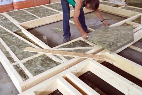 Inserimento isolante in pareti a telaio in legno