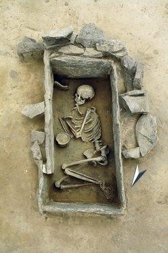Bestattung einer jungen Frau in einem sorgfältig konstruierten Steinkistengrab mit Steinblockummantelung (Rothenschirmbach, Sachsen-Anhalt).