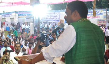 """आदिम जाति कल्याण मंत्री श्री ओमकार सिंह मरकाम ने बुधवार को डिण्डौरी जिले के ग्राम पंचायत बम्हनी में """"आपकी सरकार आपके द्वार"""" कार्यक्रम को संबोधित किया।"""