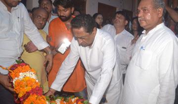 मुख्यमंत्री श्री कमल नाथ ने केन्द्रीय मंत्री श्री नरेन्द्र सिंह तोमर के ग्वालियर निवास पर पहुँचकर उनकी दिवंगत माताजी को श्रद्धांजलि दी।