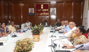 राज्यपाल श्री लालजी टंडन ने राजभवन में कृषि एवं वेटनरी विश्वविद्यालयों के कुलपतियों से किसानों की आमदनी दोगुना करने के बारे में चर्चा की।