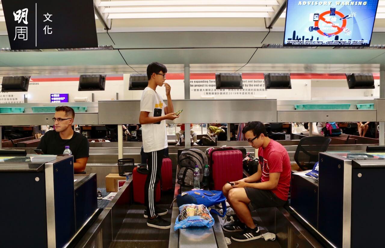 【機場集會】圖輯:旅客滯留 創意「佔領」登機櫃位 -社會- 明周文化