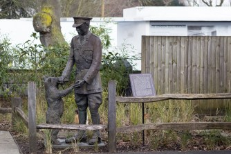 Harry Colebourn and Winnie the Bear sculpture, London Zoo. https://commons.wikimedia.org/wiki/User:KTC