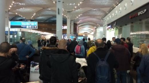 مغاربة عالقون في مطار إسطنبول ويدعون السفارة المغربية إلى التدخل