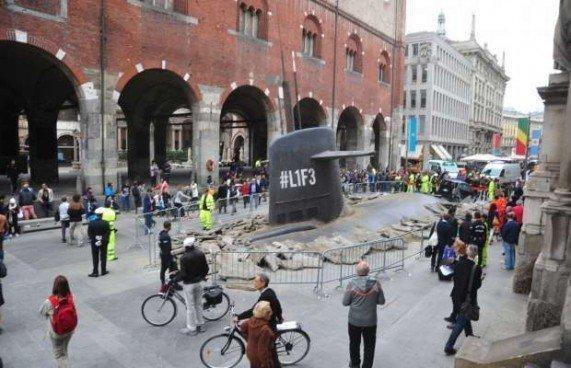 Milano, sottomarino 'emerge' in piazza Duomo