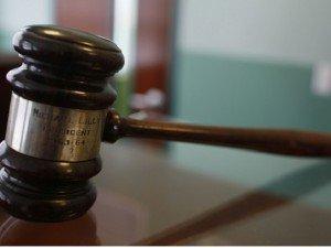 giudice martello 300x225 - Rapporti sessuali con la madre 75enne, uomo condannato per incesto a Milano