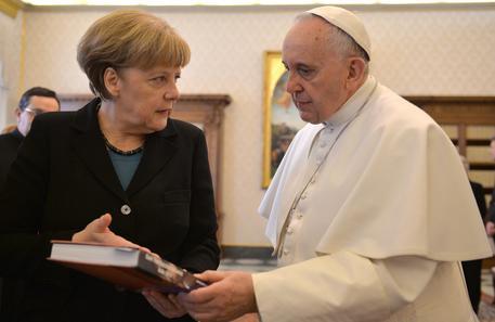 """218f16c07a3ef4fdf55caea2b953331d - Grecia, il Papa sprona la Merkel: """"Troppa finanza, pensate ai poveri"""""""