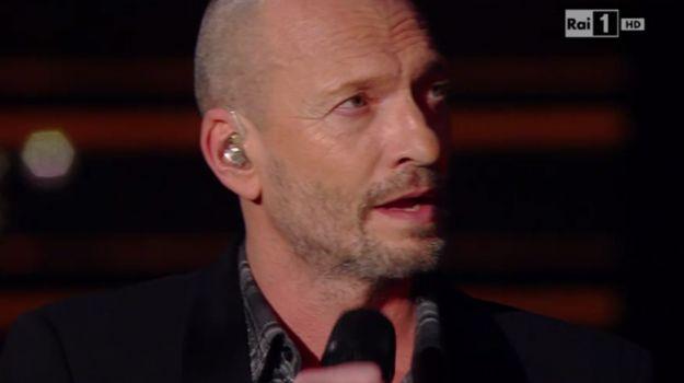 Biagio Antonacci show al Festival - Dopo Siani Biagio Antonacci a Sanremo 2015: omaggio a Pino Daniele con Quando Quando