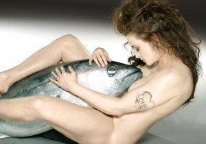 superthumb15 - Attrice posa nuda con un tonno gigante