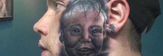 20150426 1 - Si fa tatuare il volto del figlio sulla faccia