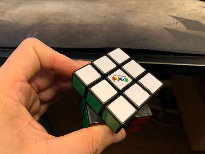 How-to-hold-a-rubiks-cube-5