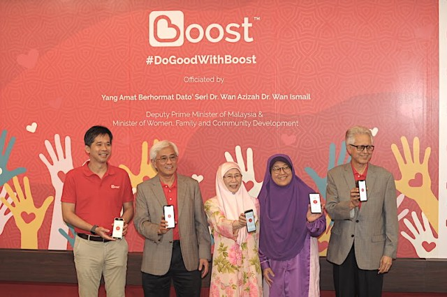 Mohd Khairil Abdullah, CEO of Axiata Digital, Tan Sri Jamaludin Ibrahim, President and Group CEO of Axiata Group, YAB Dato' Seri Dr. Wan Azizah, Deputy Prime Minister, Datin Paduka Che Asmah binti Ibrahim, CEO of Yayasan Kebajikan Negara and Tan Sri Ghazzali Sheikh Abdul Khalid, Chairman of Axiata Group at the Boost e-donation event