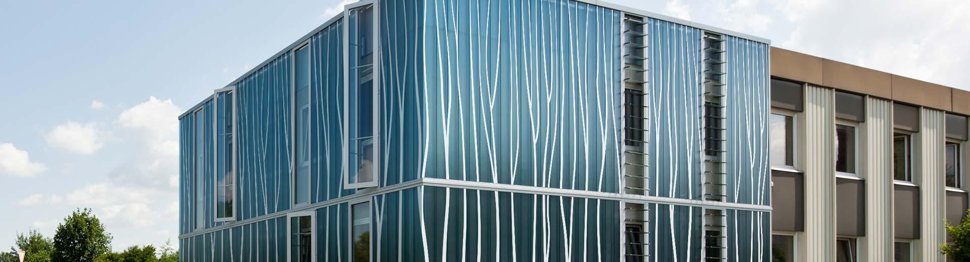 Fassade glas  Glasfassade mit keramischen Dekoren