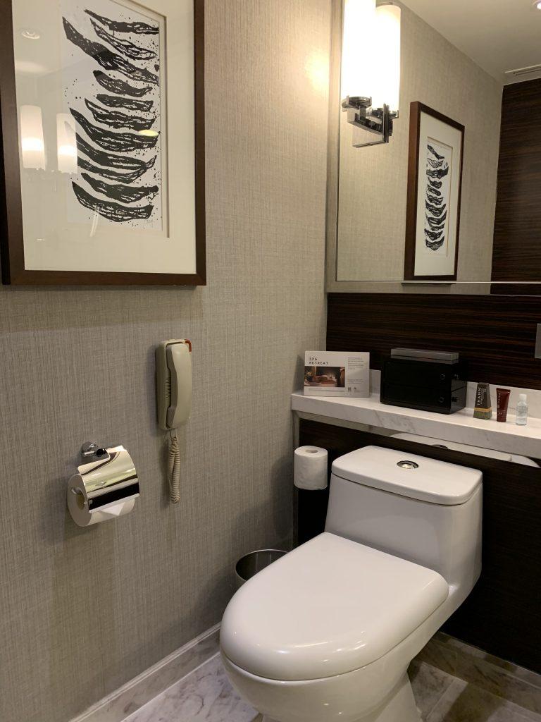 香港天際萬豪酒店-浴室燈光明亮,又有求助電話