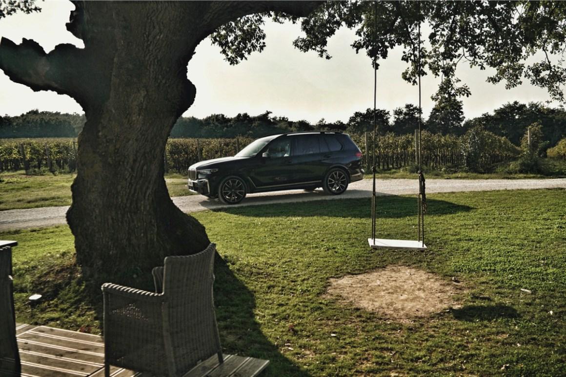 BMW X7 im Garten bei Meneghetti