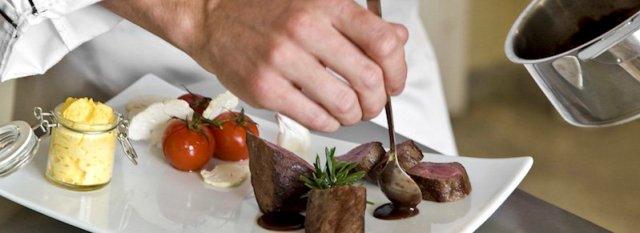chef préparant un magret de canard