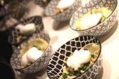 Offener Raviolo mit Pilzfüllung, Buchenpilzen und Milchschaum