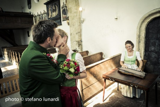 2 people 1 life, austrian wedding, kiss, stefano lunardi photo